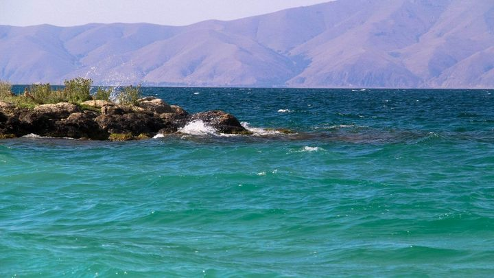 Как начинается сезон на армянском море? Озеро Севан и русские туристы.