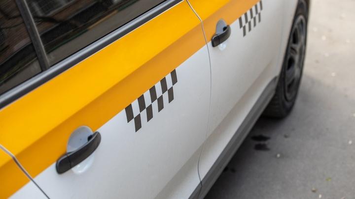 В Челябинске такси полыхало в трех шагах от подъезда — видео