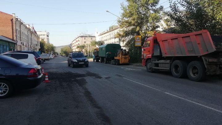 Пятый раунд: читинские дорожники возобновили ремонтные работы на улице Журавлёва