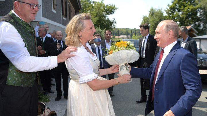 Путин во время свадьбы главы МИД Австрии пригласил молодоженов посетить Россию
