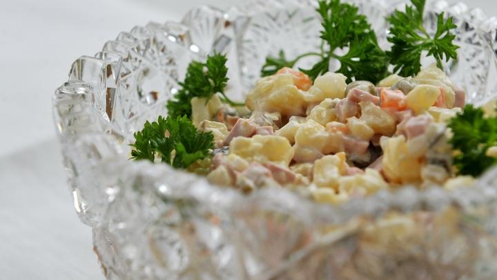 Французские салаты и колбаса из конины: Что привыкли видеть звезды российской эстрады на новогоднем столе
