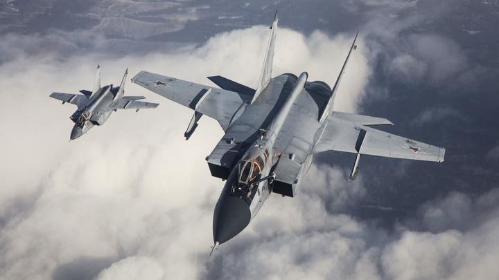 Уникальные кадры заправки истребителей МиГ-31БМ в воздухе: Пилоты контролируют мощность двигателей вручную