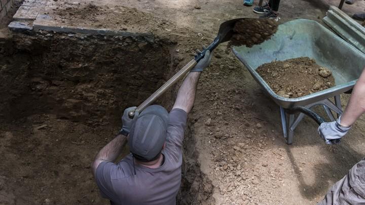 Рабочие раскопали древнее кладбище при ремонте теплотрассы в Москве
