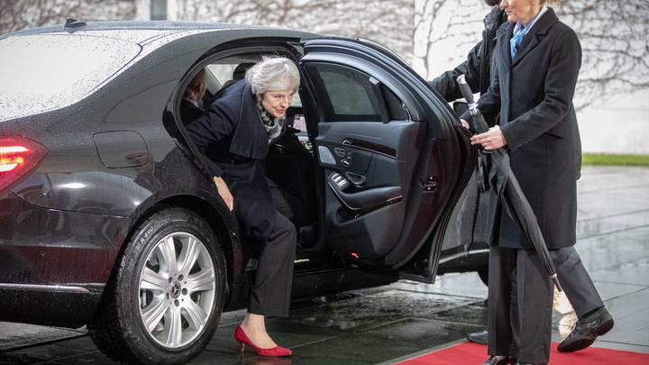 Неудачный выход: Тереза Мэй еле выбралась из машины перед переговорами по Brexit - видео