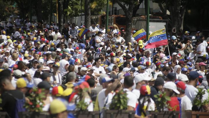 Кордон прорван: Грузовик с гумпомощью США проехал в Венесуэлу - СМИ