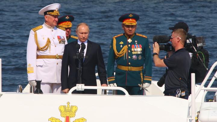 Стоишь на мосту, а внизу Путин проплывает: Уникальные кадры из праздничного Петербурга