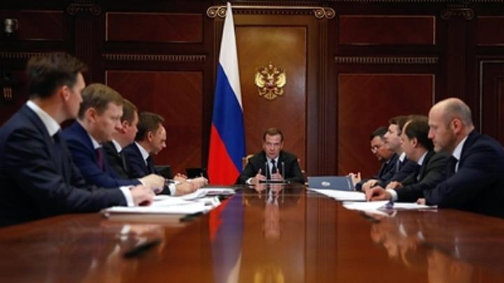 Способен ли Медведев построить кабмин по примеру Шойгу? Путаются в своих же решениях - политолог