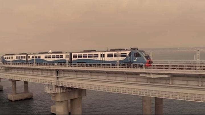 Показушники чертовы: Инцидент с пассажиром идущего через Крымский мост поезда взбесил народ