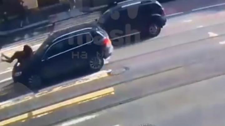 В Петербурге на Владимирском проспекте водитель в военной форме сбил человека и проехался по нему