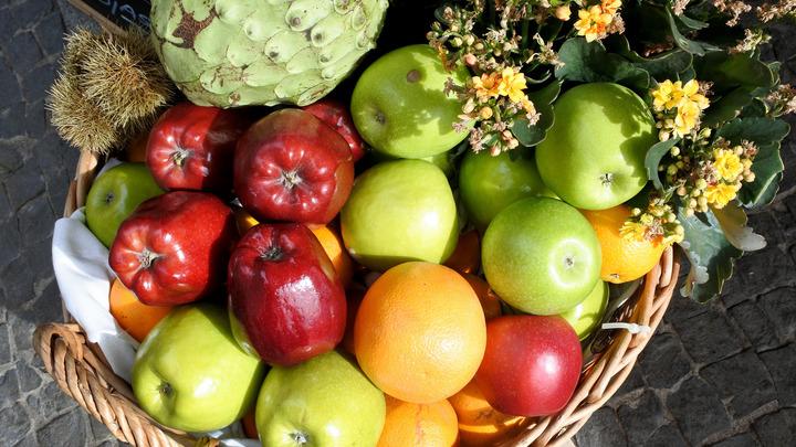 Больше трех букетов - уже партия: Проверять багаж с фруктами и цветами станут по-новому