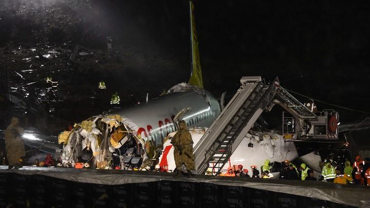 Зияющая дыра, трое погибших: Расколовшийся Boeing в Стамбуле продолжает пугать людей