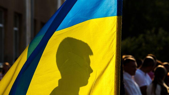 Люди в камуфляже подбросили окровавленного олигарха на ступени киевской синагоги