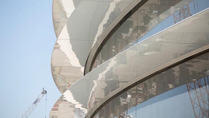 Сотрудники Apple расшибают лбы, не замечая стеклянные двери нового кампуса