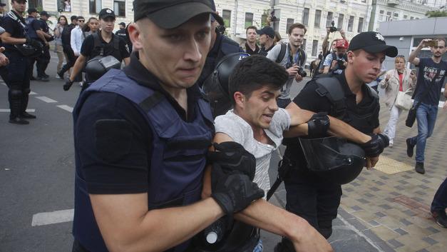 Мариупольский полицейский высмеял националистов, пикетирующих ОБСЕ из-за Сенцова