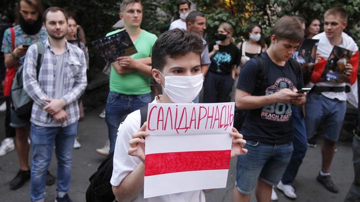 Белорусское посольство в Киеве атаковали: Неизвестный бросил файер