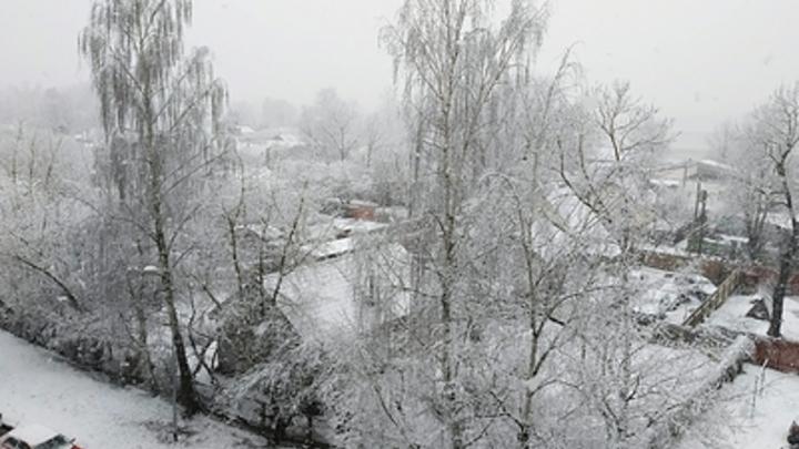 В Челябинске на улице Энтузиастов асфальт укладывают на первый снег