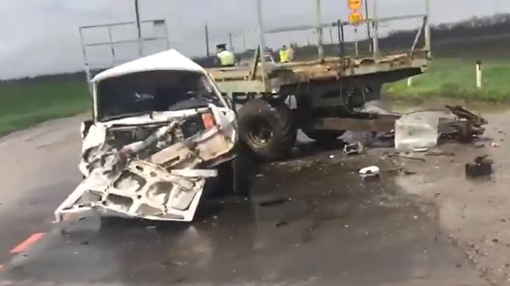 Трактор Беларусь сбил легковушку с мужчиной и 12-летним мальчиком