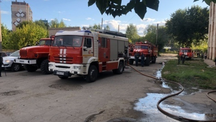 Пожарные спасли семь взрослых и троих детей из горящей высотки в Миассе