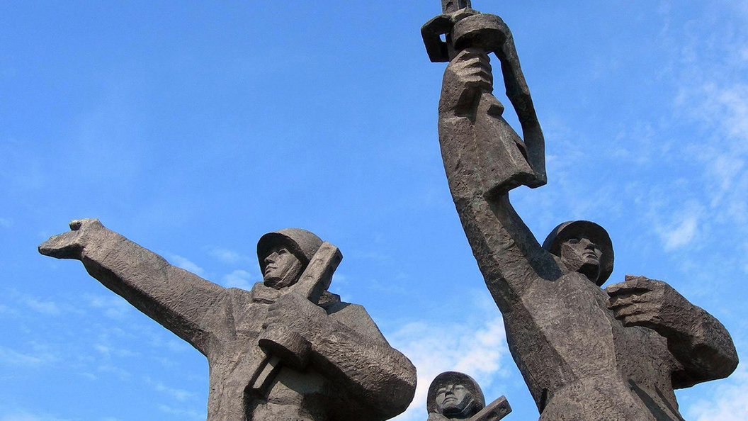 Латвия: Заработать на образе жертвы
