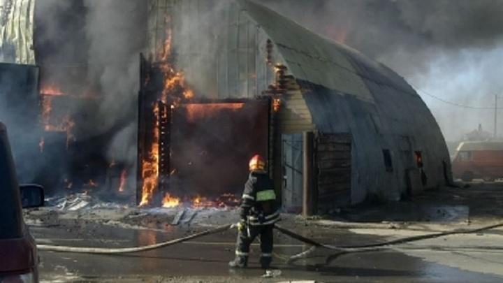 В Подольском округе Подмосковья 74 пожарных тушат загоревшийся ангар
