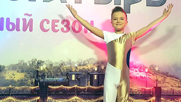10-летний мальчик поразил Россию, жонглируя сразу пятью предметами. Стоя на проволоке
