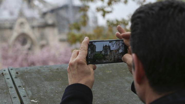 На снимках с пожара в Нотр-Даме рассмотрели след Путина - фото