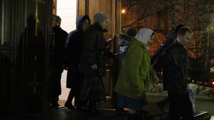 На выход с вещами: Прихожан собора в Виннице выставляла на мороз группа в спортивных костюмах