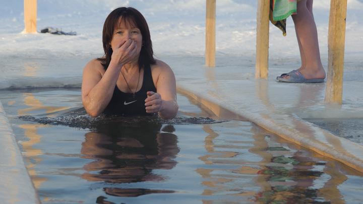 Хрупкие девушки первыми вошли в крещенскую прорубь - видео