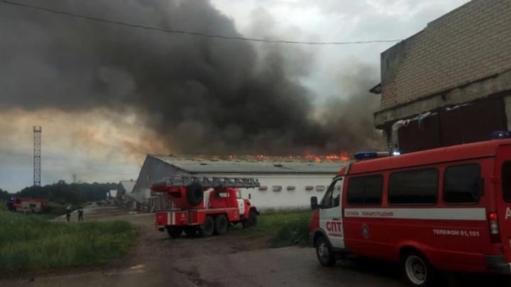 В Челябинске 26 машин тушат пожар на птицефабрике Равис после удара молнии