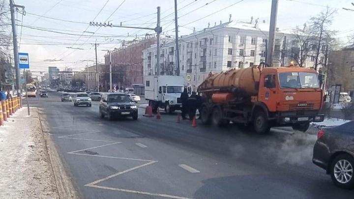Земля ушла из-под ног: в самом центре Челябинска провалился асфальт
