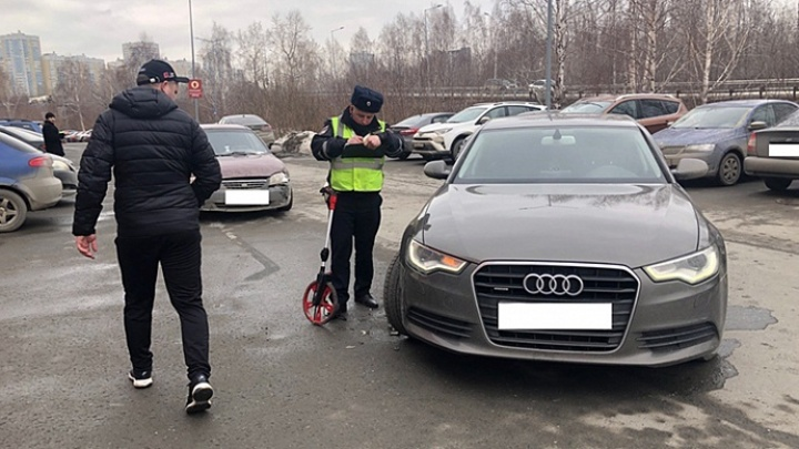 На автомобильной парковке в Екатеринбурге в ДТП пострадала девочка 5 лет