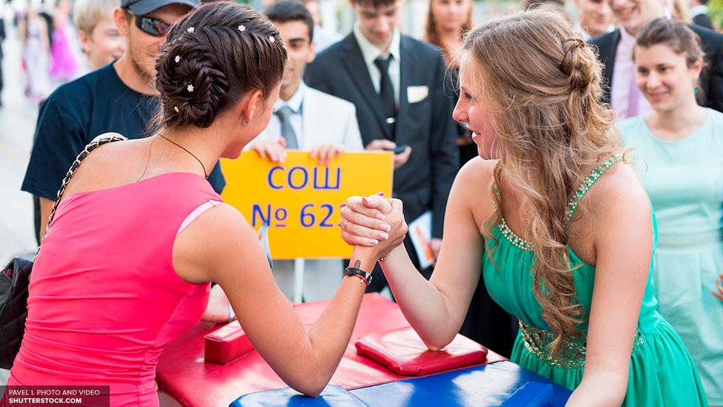 Выпускной в Подмосковье Власти подсчитали траты на платье маникюр и прическу
