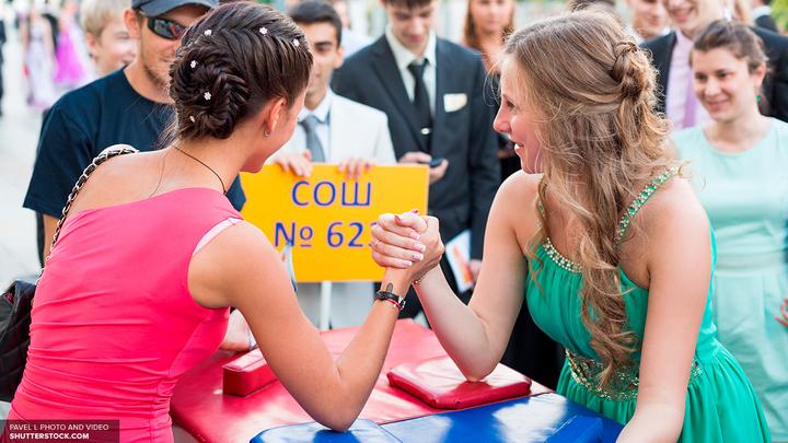 Выпускной в Подмосковье: Власти подсчитали траты на платье, маникюр и прическу