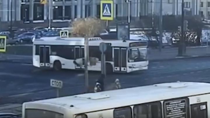 В Санкт-Петербурге школьник на электросамокате угодил под колеса автобуса