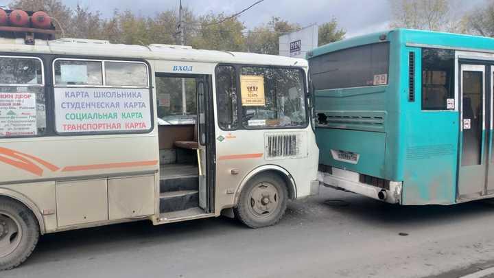 В Новосибирске в ДТП с автобусами пострадали мать и ребенок