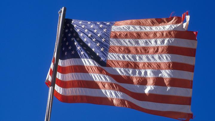 Их флаг здесь был как бельмо на глазу: Коренные петербуржцы устроили праздник в честь закрытия дипмиссии США