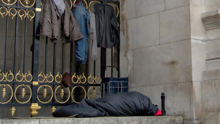 Милостыня на карточку: Бездомный беженец из Донецка рассказал, что подаяние проще выпросить банковским переводом