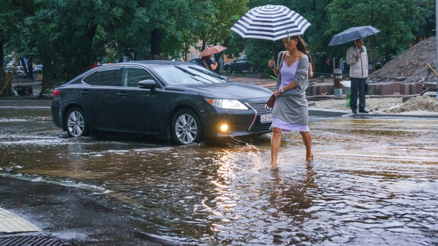 Можно плавать: В Красноярске дожди сделали из автобуса бассейн - видео