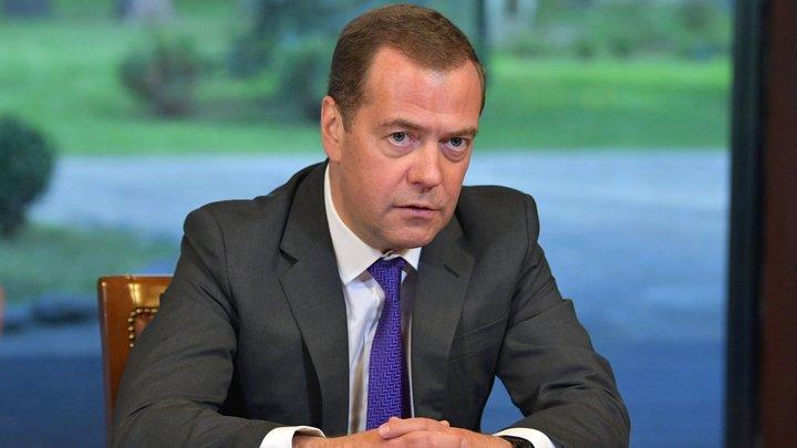 А Лада Калина, Лада Гранта? Медведев не рискнул копировать Путина и сел за руль Гелендвагена