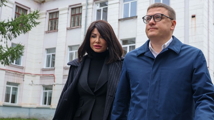 Алексей Текслер с супругой проголосовал в родной школе — фото