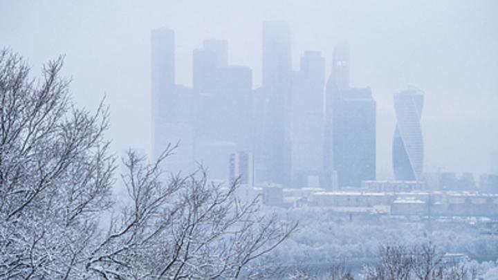 На Москву опускается туман: Водителей просят снизить скорость