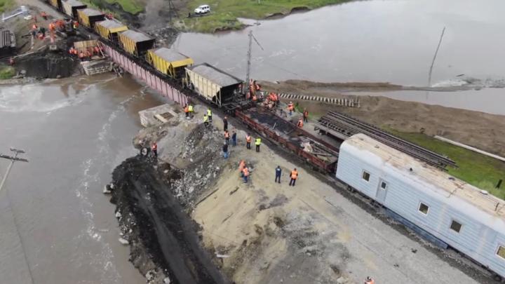 Грузовые поезда в тестовом режиме запустили через восстановленный мост на Транссибе