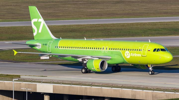 Не поделили место: в Петербурге задержали самолет из-за драки мигрантов