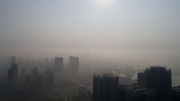 Китай почти не виден: Гигантское облако смога накрывает территорию КНР