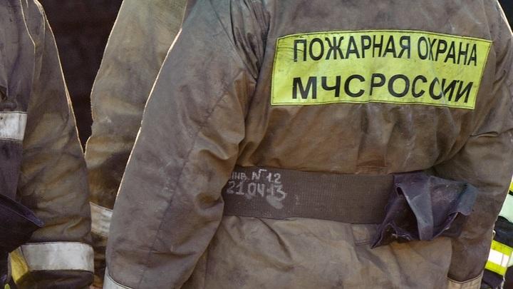 Трехпалубник полыхает на Нагатинской набережной в Москве - видео