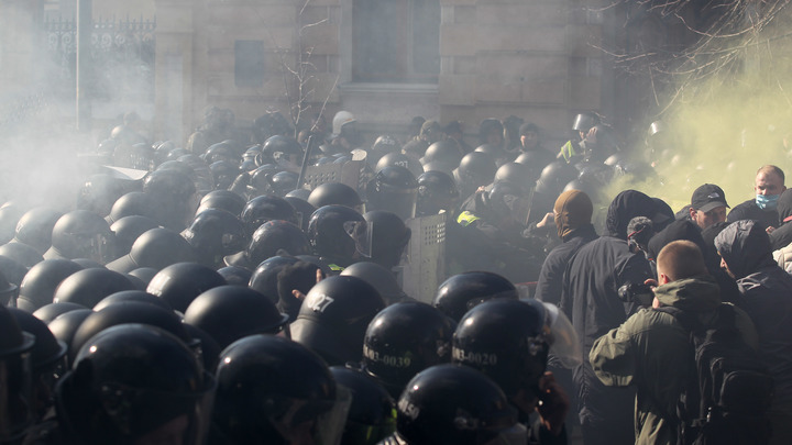 Порошенко спасался бегством от толпы неонацистов. Видео столкновений тиражируют в Сети