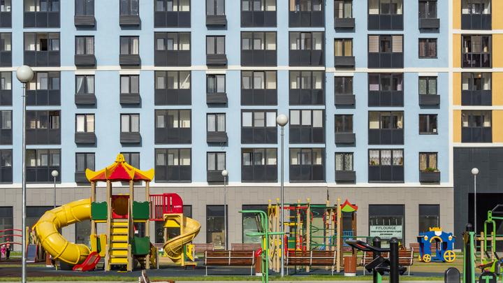 Всё протекает, всё гнилое, стены трещат: Семья с ребёнком-инвалидом выиграла суд за новое жильё, но чиновникам всё равно