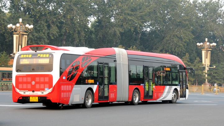Первый беспилотный микроавтобус проехал по обычной дороге в Японии
