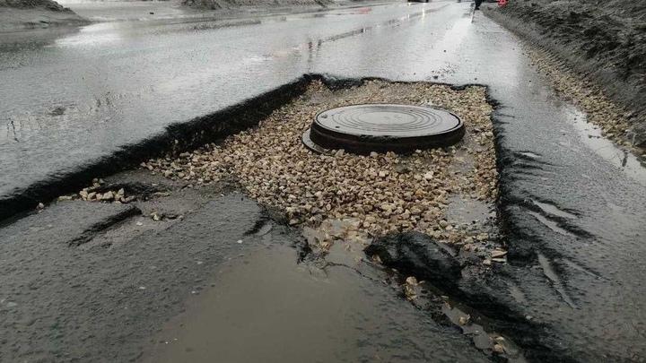 В Самаре асфальт растаял вместе со снегом: автолюбители теряют колеса в ямах