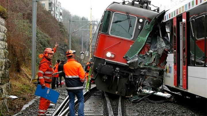 Ошибка работника железной дороги? В Чехии лоб в лоб столкнулись два поезда, есть раненые